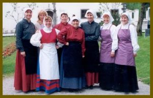 Dekleta iz folklorne skupine Grof Blagaj leta 2001