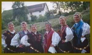 Dekleta iz folklorne skupine Grof Blagaj leta 2000